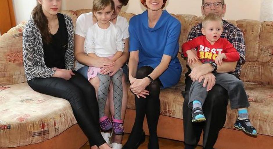 Elżbieta Rafalska: 500 zł także dla dzieci w rodzinach zastępczych