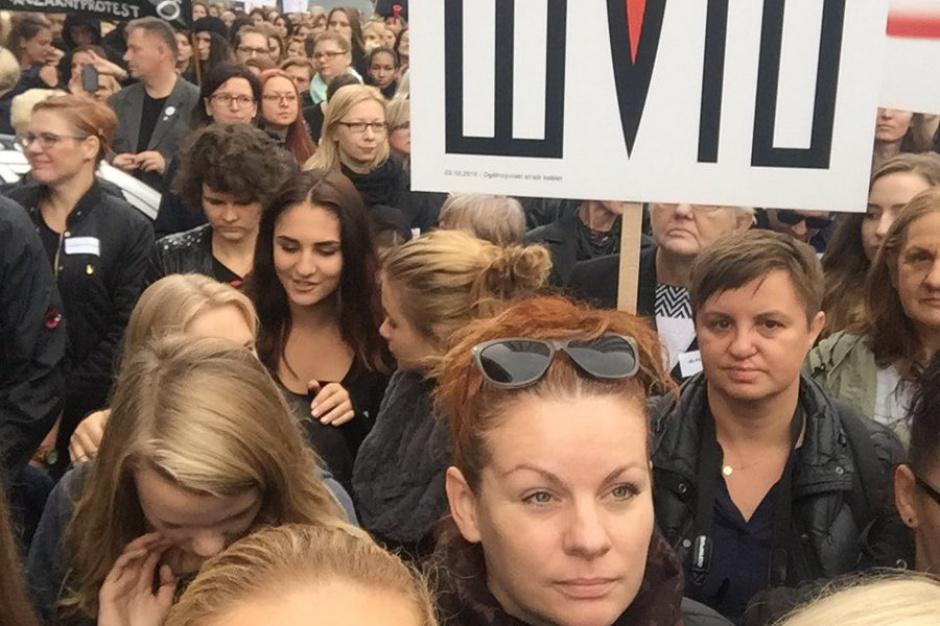 Kobiety protestowały w sobotę (1 października) pod Sejmem w ramach czarnego protestu. (źródło: twitter.com/barbaraanowacka)