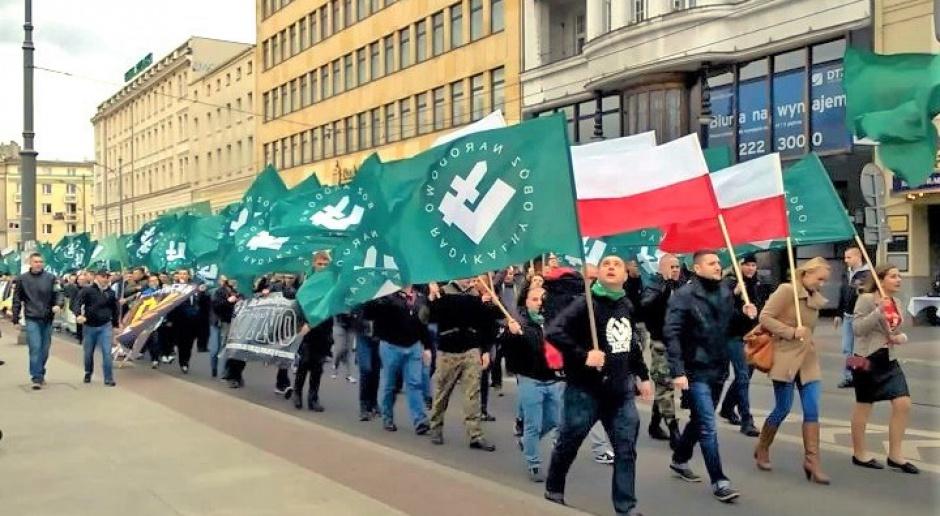 Marsz środowisk narodowych w Poznaniu w 2015 roku, symbol Falangi na zielonych flagach, źródło: wikipedia.org/CC