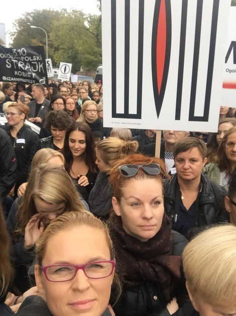 Barbara Nowacka w towarzystwie protestujących kobiet, w czasie czarnego poniedziałku, źródło: twitter.com/barbaraanowacka
