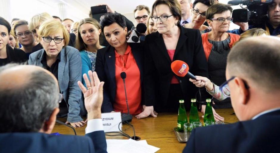 Posłanki opozycji w czasie jesiennych prac nad aborcją w komisji w Sejmie. Pod naciskiem ulicznych protestów projekty liberalizacji i restrykcji prawa aborcyjnego skończyły w koszu, źródło: facebook.com