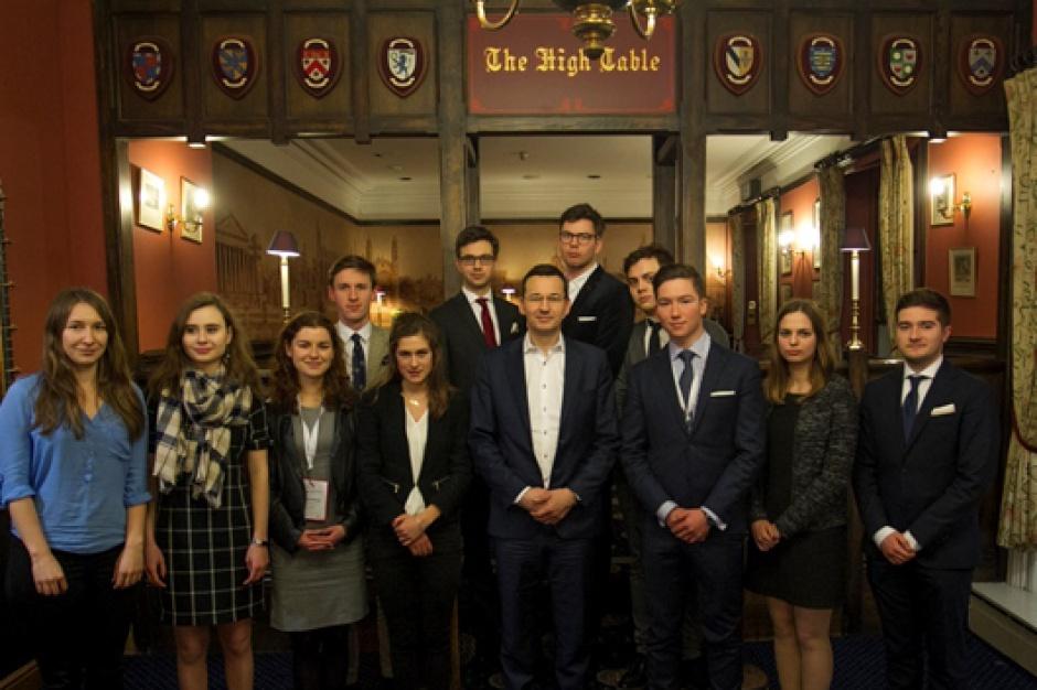 Wicepremier Mateusz Morawiecki w towarzystwie młodzieży uczestniczącej w spotkaniu na brytyjskim uniwersytecie, źródło: B. Kosiński/MR/mr.gov.pl