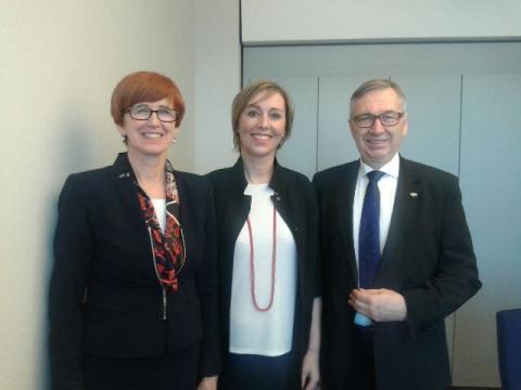 Elżbieta Rafalska, Martina Dlabajova i Stanisław Szwed w Parlamencie Europejskim (fot.twitter.com/MRPiPS_GOV_PL)