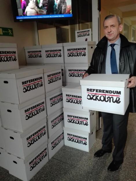 Lider ZNP Sławomir Broniarz przy kartonach z podpisami o referendum edukacyjnym, źródło: twitter.com/broniarz