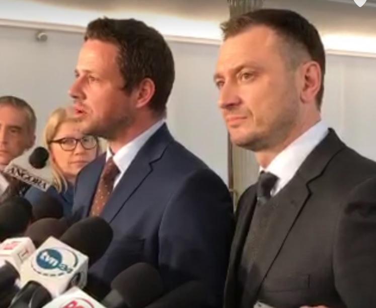 Rafał Trzaskowski i Sławomir Nitras na konferencji prasowej w Sejmie (fot.twitter.com/Platforma_org)
