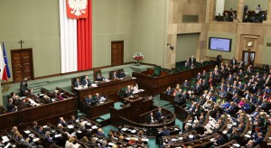 Tadeusz Mazowiecki podzielił posłów. Politycy Kukiz'15 i PiS wyszli z sali, PO tłumaczy się z błędnego głosowania