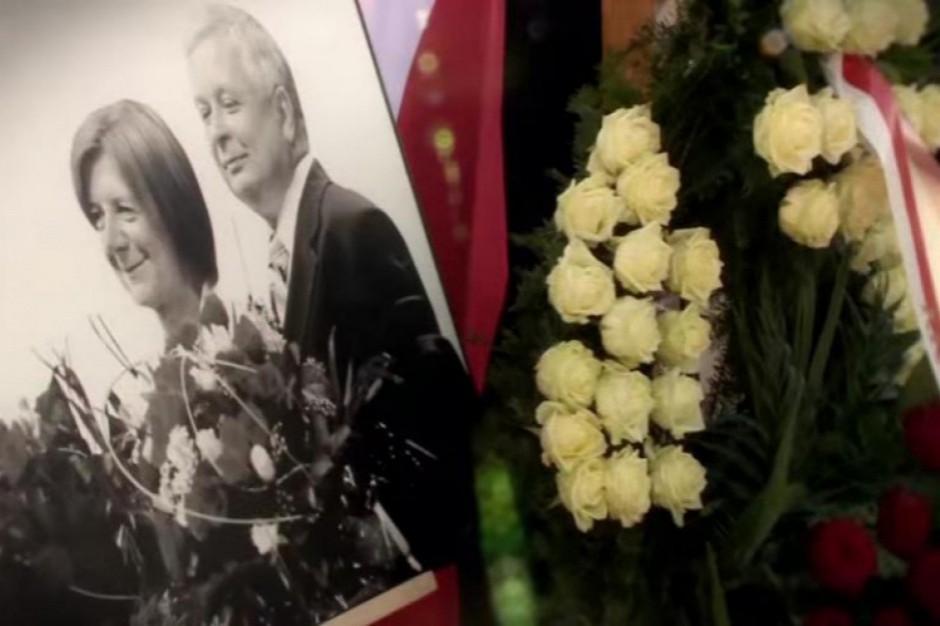 W trumnie prezydenta Lecha Kaczyńskiego ujawniono fragmenty ciał dwóch innych osób (fot. youtube)