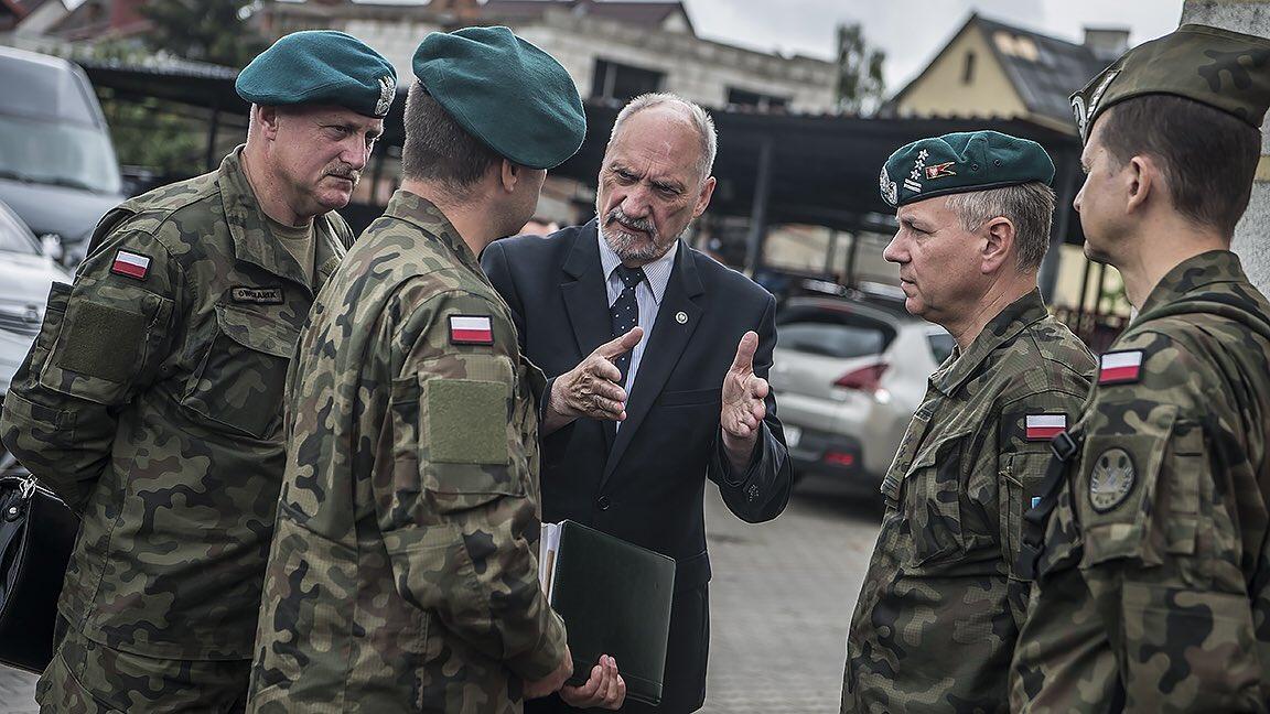 Wchodzimy do działania wtedy, kiedy władze cywilne nie dają sobie rady i trzeba interweniować ciężkim sprzętem - powiedział Antoni Macierewicz (fot.twitter.com/MON_GOV_PL)