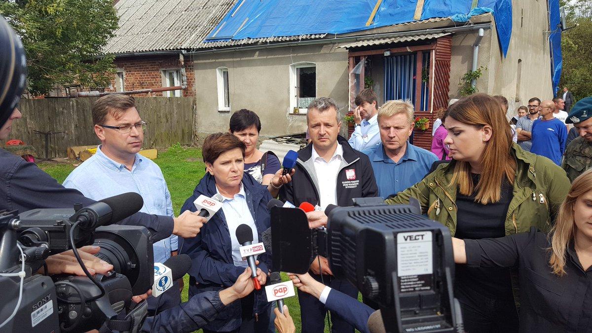 Beata Szydło poprosiła wszystkich o pomoc, żeby mieszkańcy mogli zabezpieczyć swoje mieszkania przed zimą (fot.twitter.com/PremierRP)