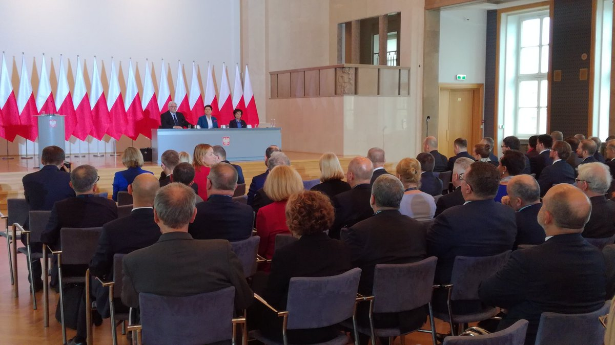 Premier Beata Szydło spotkała się z ambasadorami RP (fot.twitter.com/PremierRP)