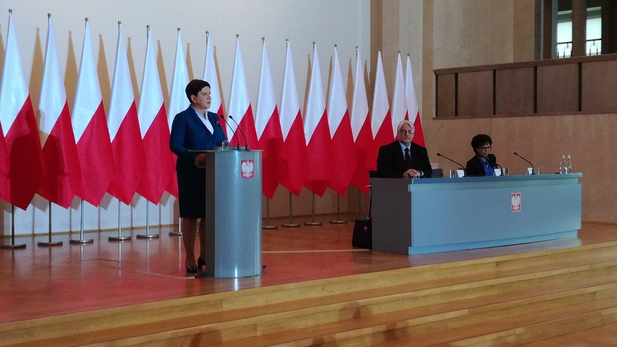 Premier Beata Szydło na spotkaniu z ambasadorami RP (fot.twitter.com/PremierRP)