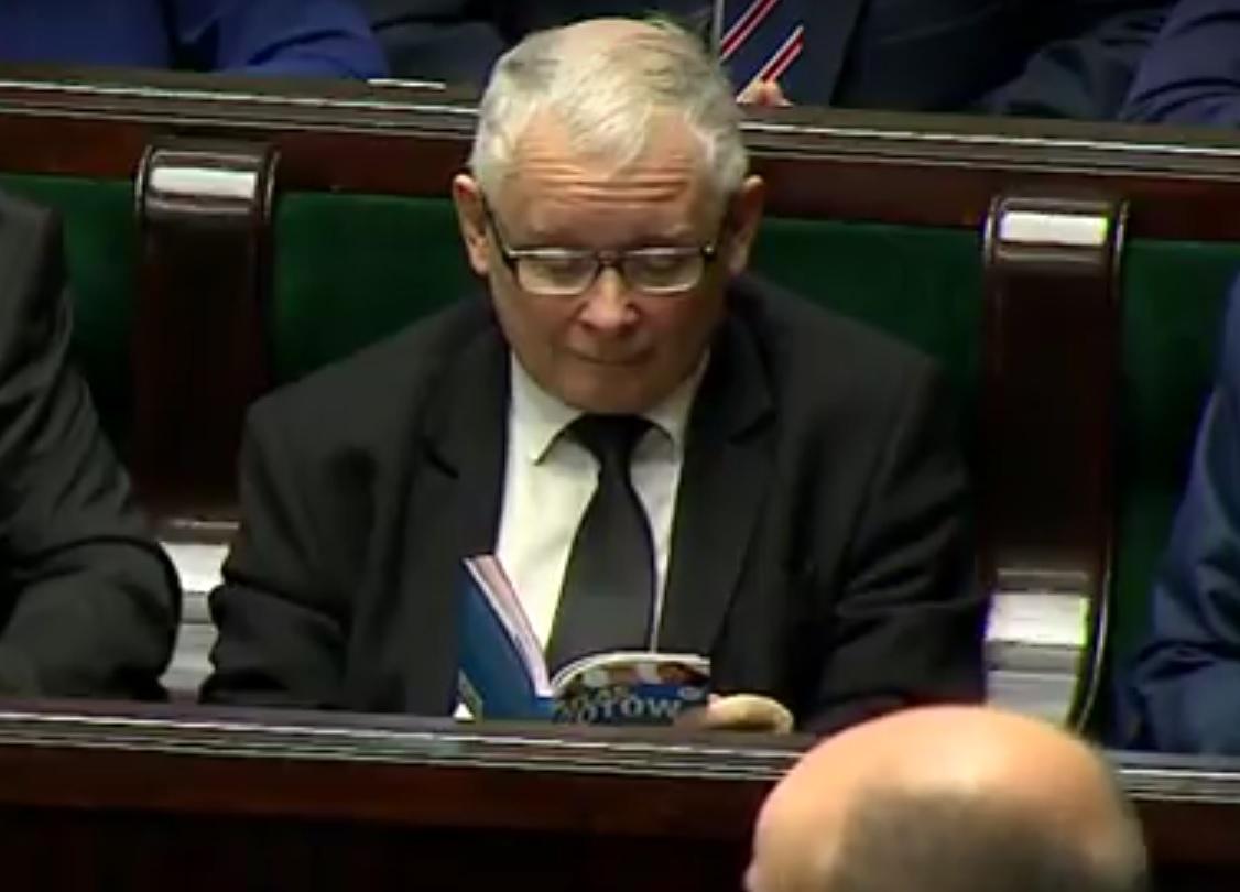 Jarosław Kaczyński czyta Atlas Kotów (fot.youtube)