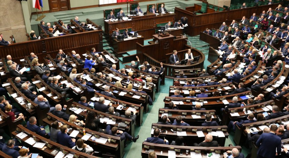 PiS za możliwością obniżania uposażeń posłom, opozycja: to kneblowanie ust