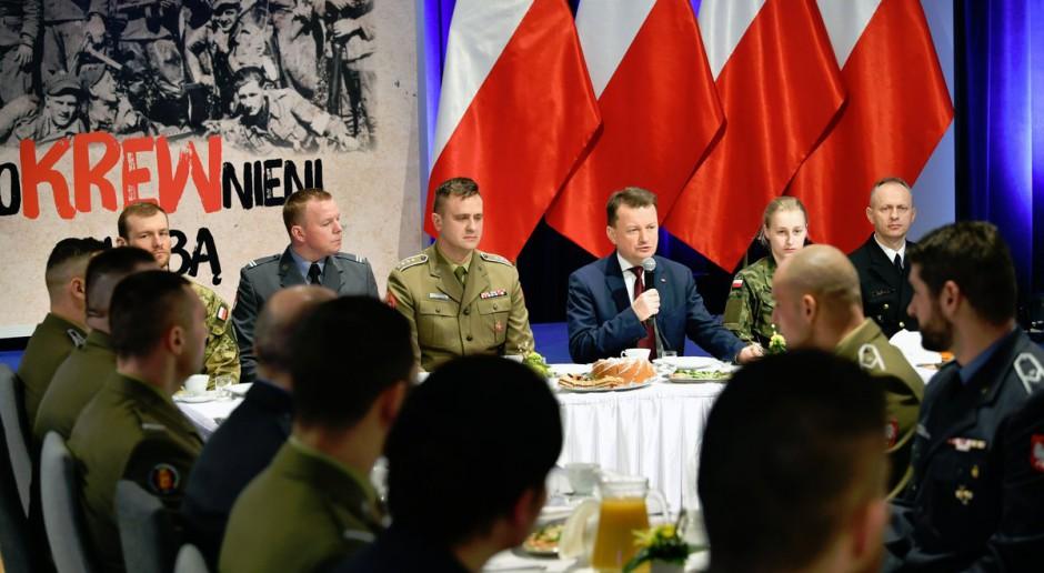 Minister obrony narodowej Mariusz Błaszczak w czasie spotkania z wojskowymi, źródło: MON/twitter.com