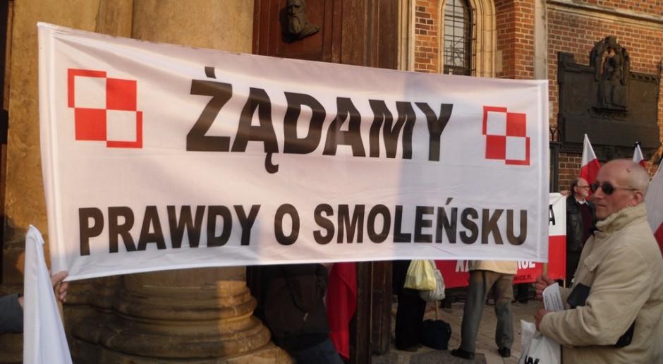 Jedna z manifestacji, które wzbudziła katastrofa smoleńska. Manifestanci zebrani w Krakowie, źródło: Piotr Drabik/flickr.com/CC BY 2.0
