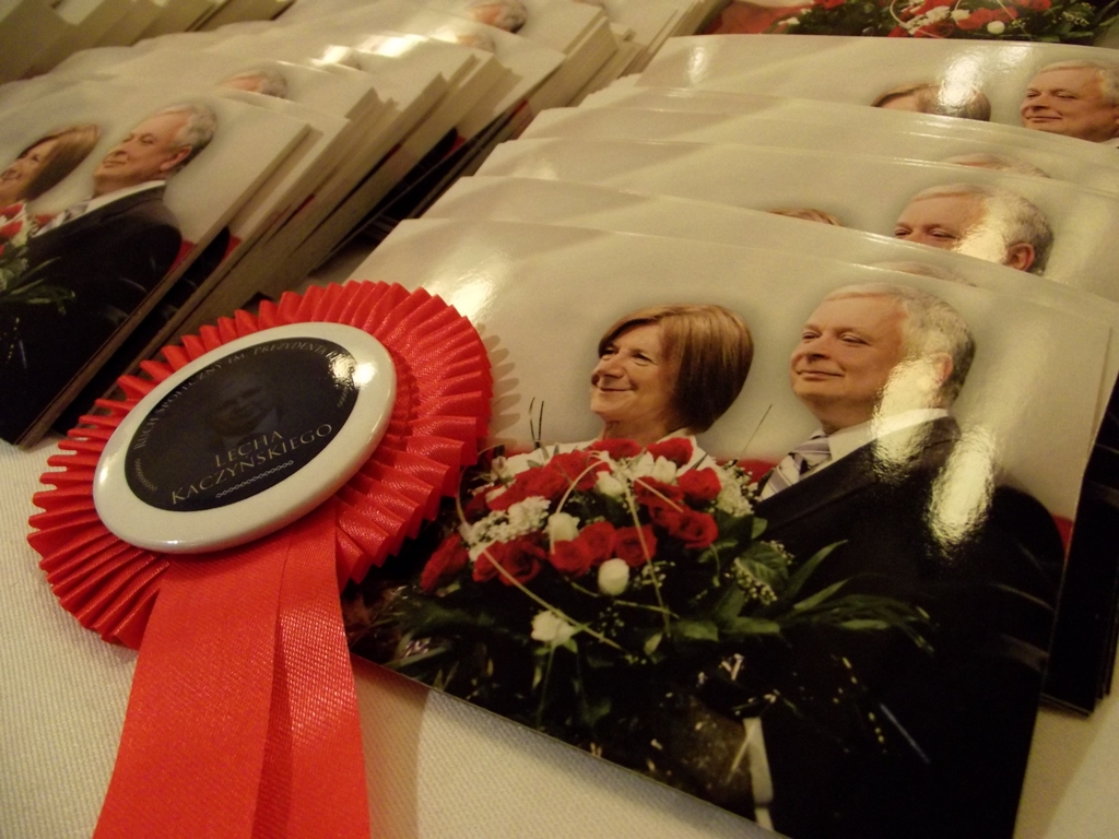 W katastrofie smoleńskiej zginęli między innymi prezydent Lech Kaczyński i jego małżonka Maria Kaczyńska (fot.Piotr Drabik/flickr.com/CC BY 2.0)