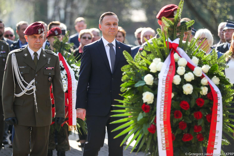 Prezydent złożył kwiaty na grobach ofiar katastrofy smoleńskiej na Cmentarzu Rakowickim (fot.prezydent.pl/Grzegorz Jakubowski)