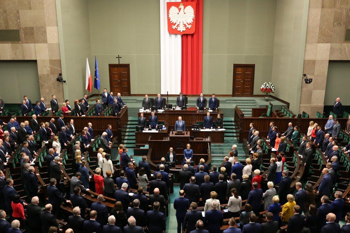 Sejm uczcił minutą ciszy pamięć polskich oficerów zamordowanych 78 lat temu w Katyniu (fot.twitter.com/KancelariaSejmu)
