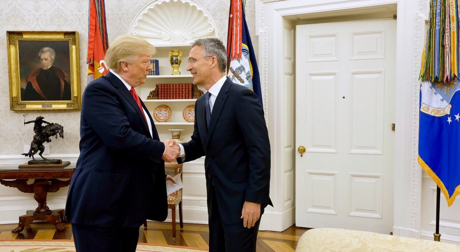 Sekretarz generalny NATO Jens Stoltenberg w gabinecie owalnym w Waszyngtonie z Donaldem Trumpem, źródło: twitter.com/jensstoltenberg
