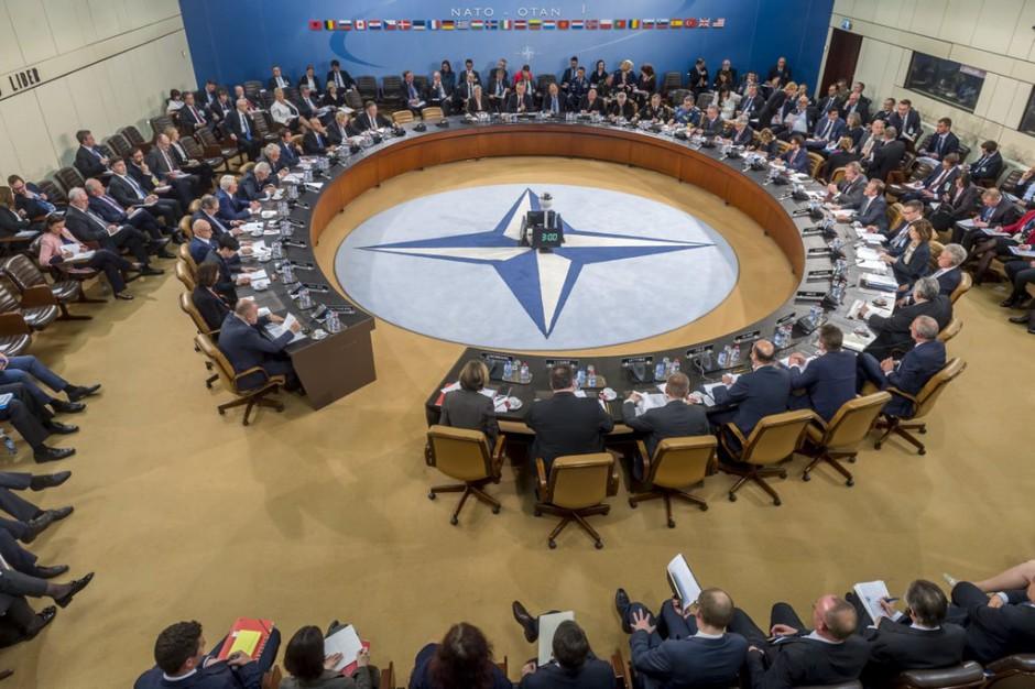 Obrady NATO, w środku kadru róża wiatrów, symbol Sojuszu, źródło: twitter.com/jensstoltenberg