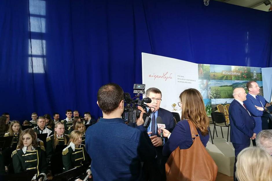 Zbigniew Kuźmiuk w czasie udzielania wywiadu mediom, źródło: twitter.com/ZbigniewKuzmiuk