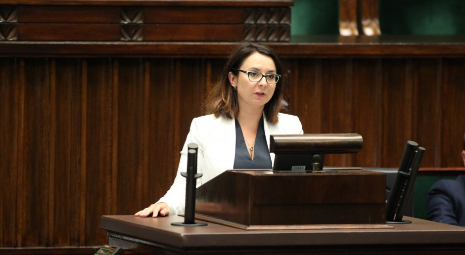 Posłanka Nowoczesnej Kamila Gasiuk-Pihowicz na mównicy sejmowej, źródło: Krzysztof Białoskórsk/Kancelaria Sejmu RP/flickr.com/CC BY 2.0