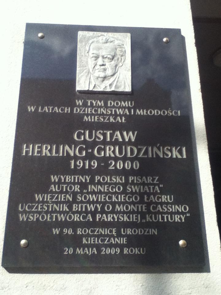 Tablica pamiątkowa poświęcona Gustawowi Herlingowi-Grudzińskiemu. (fot. wikimedia.org/CC BY-SA 3.0)