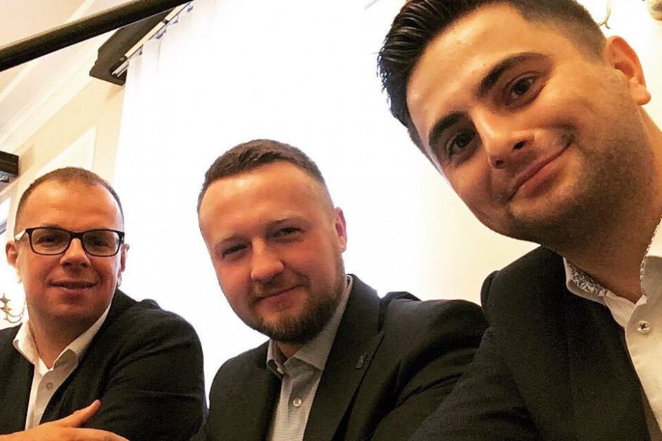 Poseł Paweł Szramka (w centrum) wraz z posłami Kukiz'15 Wojciechem Bakunem i Norbertem Kaczmarczykiem. Politycy na posiedzeniu klubu Kukiz'15. (fot. twitter.com/P_Szramka)