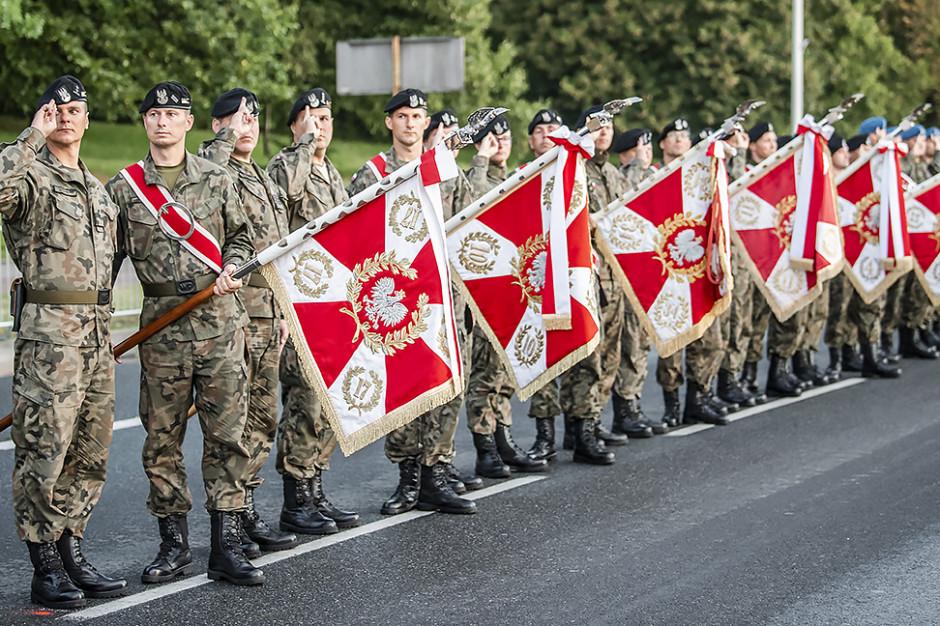 Poczty sztandarowe Wojska Polskiego. (fot.MON/twitter.com/mon_gov_pl)