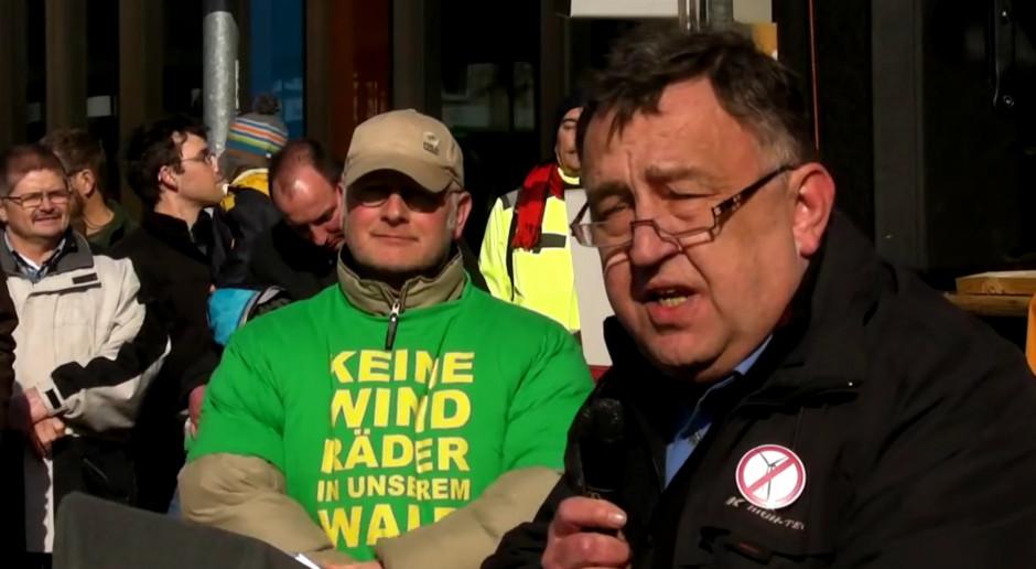Detlef Ahlborn w czasie spotkania publicznego w Niemczech gdzie wygłaszał przemowę. (fot. youtube.com)