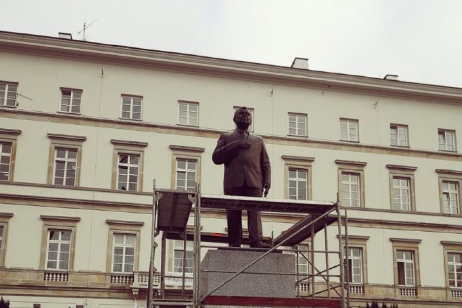 Pomnik Lecha Kaczyńskiego przedstawia całą sylwetkę prezydenta, którego prawa ręka spoczywa na klatce piersiowej (fot. twitter/Stefan Kulesza)