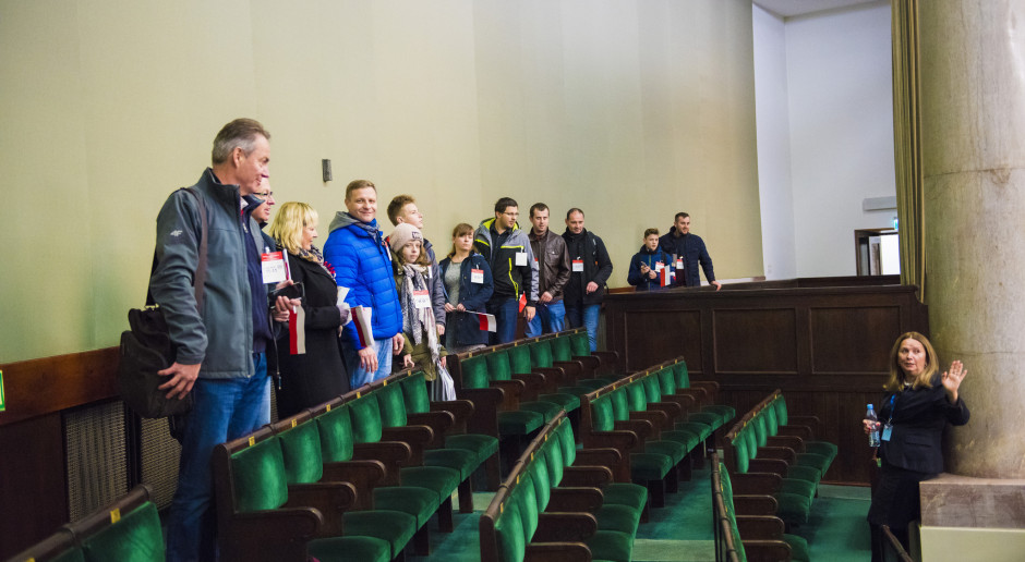 Polacy w czasie wizyty w Sejmie, na galerii sali plenarnej. (fot. Sejm RP/flickr.com/CC BY 2.0)