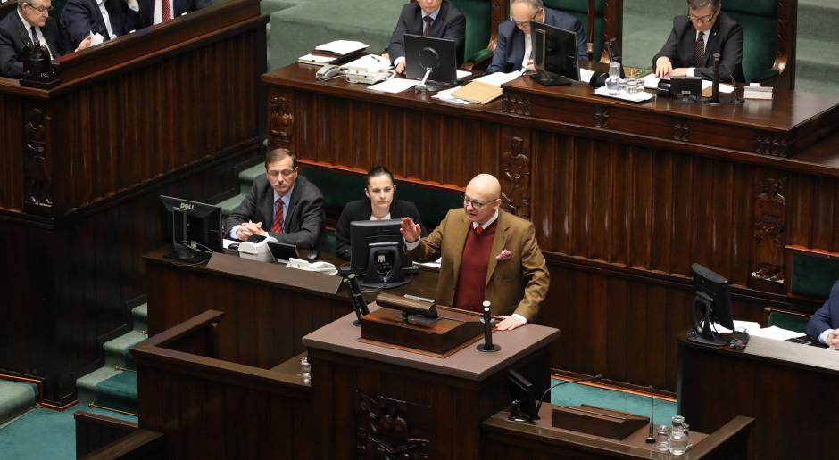 Posłowie w czasie prac w parlamencie. Na mównicy Michał Kamiński. (fot. Sejm RP/flickr.com/CC BY 2.0)