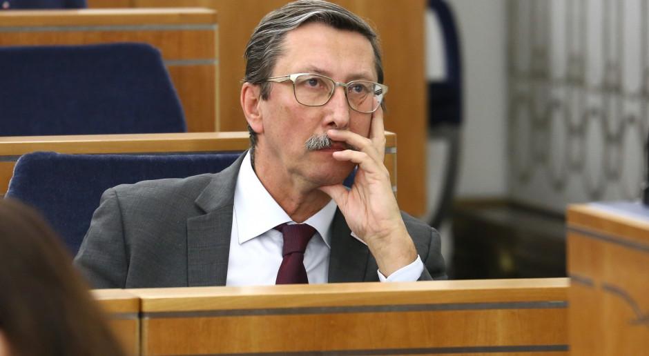 Senator Jan Żaryn (PiS) w ławach senatorskich w kompleksie parlamentu (fot. Senat RP/flickr.com/CC)