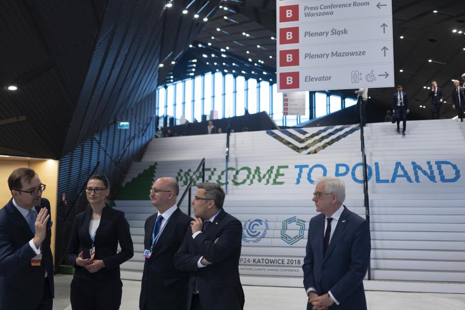 Część polskiej delegacji na COP 24 w Katowicach w holu Międzynarodowego Centrum Kongresowego, gdzie odbywa się COP 24 (fot. © cop24.gov.pl)