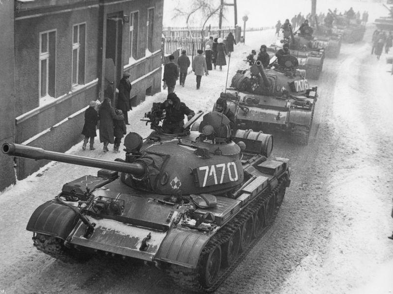 Czołgi T-55 podczas stanu wojennego w Zbąszyniu(fot.wikipedia.org/J. Żołnierkiewicz/solidarnosc.gov.pl/)