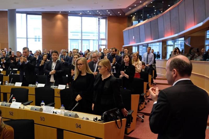 Magdalena Adamowicz z córką Antoniną w Parlamencie Europejskim (fot. FB Janusz Lewandowski)