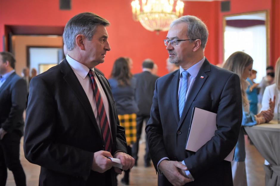 Marszałek Sejmu Marek Kuchciński i minister Jerzy Kwieciński (fot. Marta Marchlewska/Kancelaria Sejmu RP/flickr.com/CC BY 2.0)
