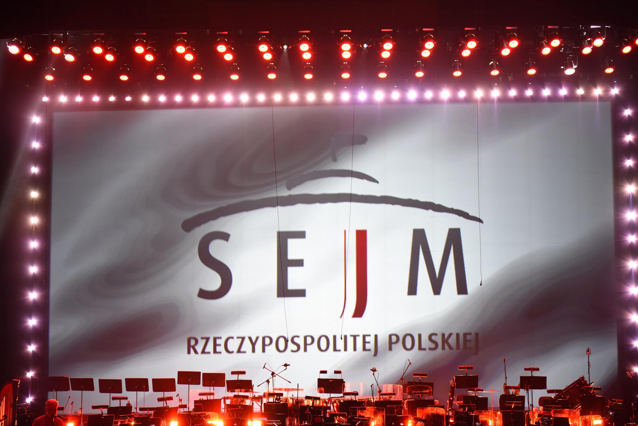 Logo Sejmu RP w czasie uroczystego koncert w Teatrze Wielkim z okazji 100-lecia Sejmu Ustawodawczego (fot. Marta Marchlewska/Kancelaria Sejmu/flickr.com/CC BY 2.0)