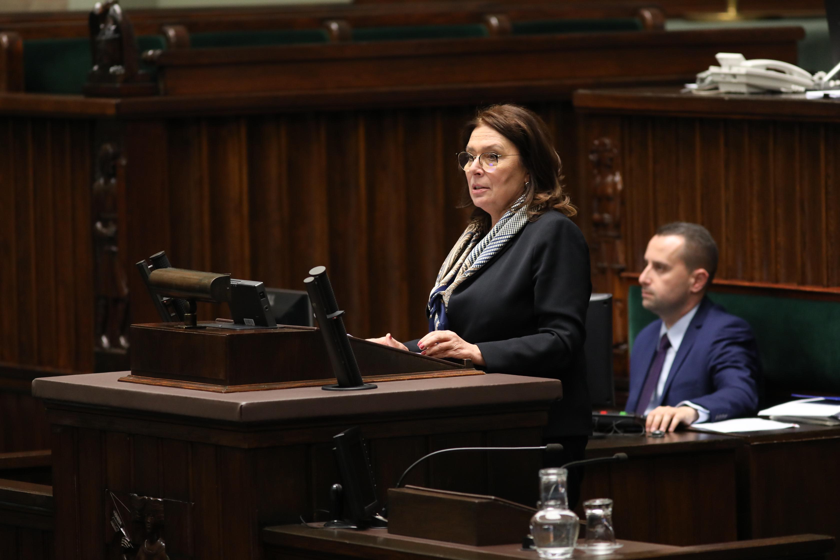 Małgorzata Kidawa-Błońska (Platforma Obywatelska) na mównicy sejmowej (fot. Rafał Zambrzycki/Kancelaria Sejmu/flickr.com/CC BY 2.0)