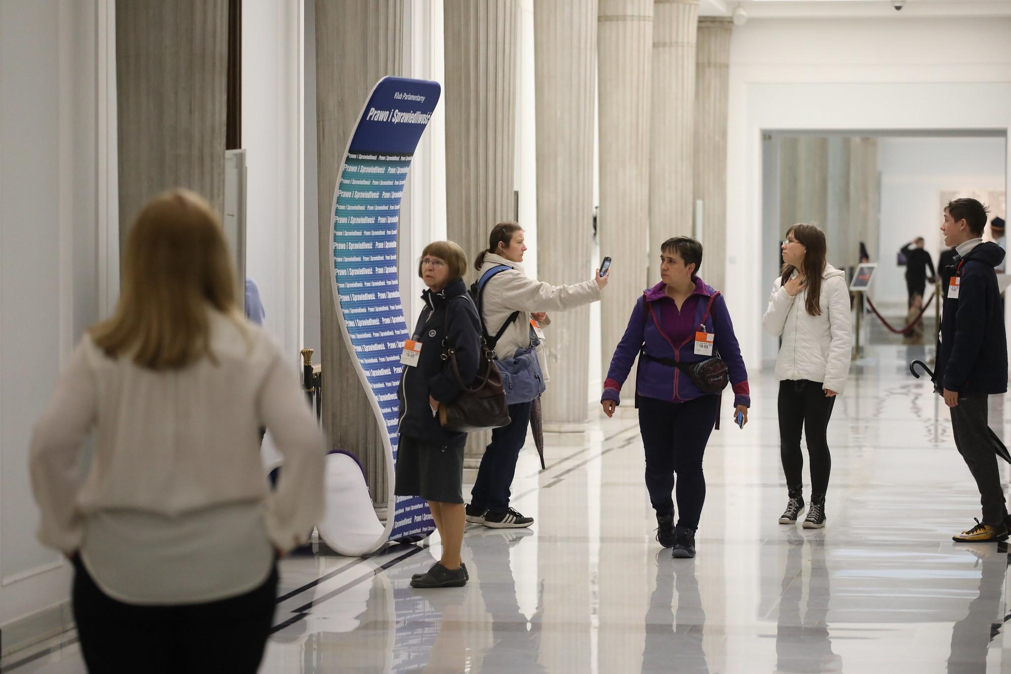 Polacy na korytarzach Sejmu w czasie Nocy Muzeów. (fot. Kancelaria sejmu RP/flickr.com/CC BY 2.0)
