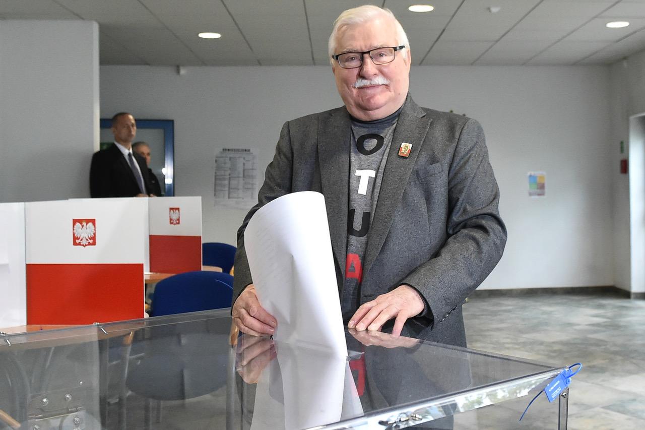 Były prezydent Lech Wałęsa w czasie oddawania głosu w wyborach do Parlamentu Europejskiego, 26 maja 2019 r. (fot. Lukasz Dejnarowicz/FORUM)