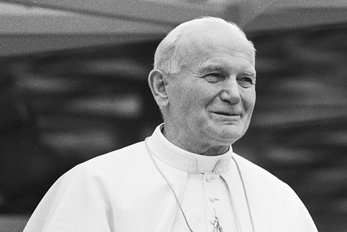 Jan Paweł II był pierwszym Polakiem wybranym na urząd głowy Kościoła Katolickiego. Jego pontyfikat uważany jest za jeden z najbardziej wpływowych w historii. (fotografia z 11 maja 1985 r. Rob Croes, ANEFO/wikimedia.org/CC BY 4.0)