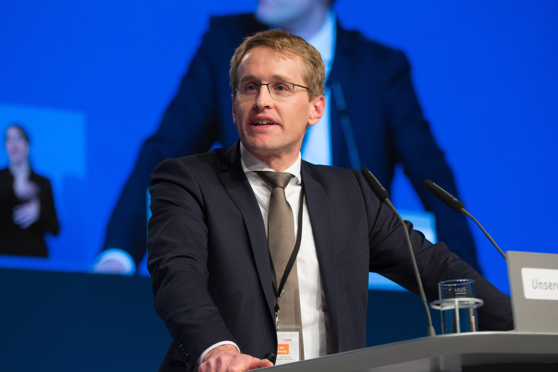Daniel Günther jest niemieckim politykiem i samorządowcem. Jest członkiem Unii Chrześcijańsko-Demokratycznej (CDU). (fot. Olaf Kosinsky/wikimedia.org/CC BY-SA 3.0)