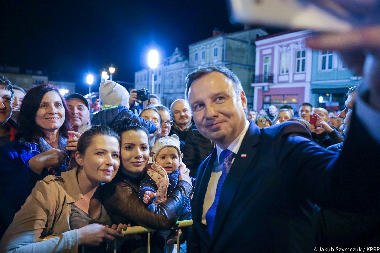 Andrzej Duda obok oficjalnych uroczystości odwiedza w Polsce także mniejsze miasta i wsie. Na zdjęciu spotkanie prezydenta z mieszkańcami Strzyżowa w 2018 r. (fot. Jakub Szymczuk/KPRP)