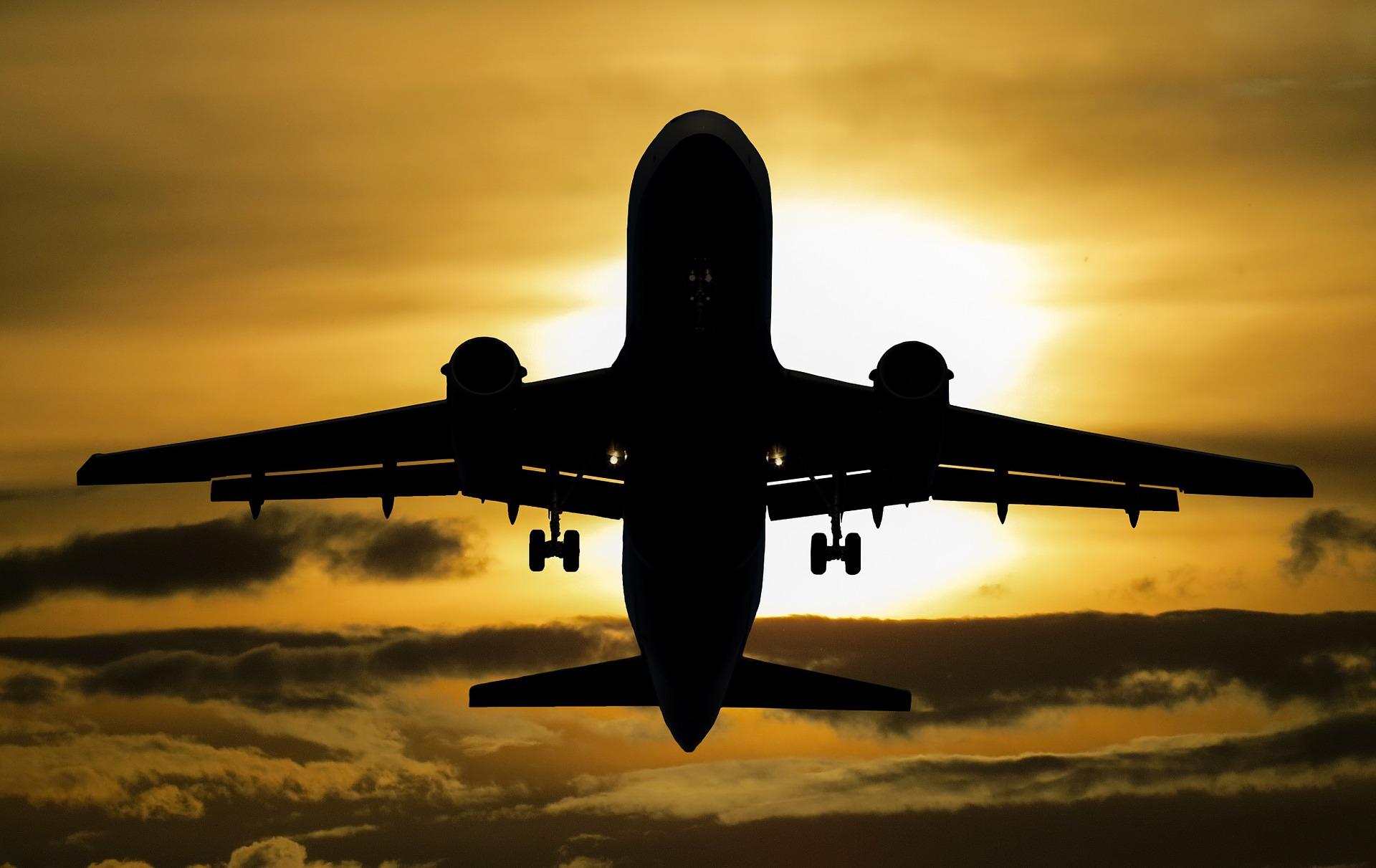 Prawo lotnicze to ustawa definiująca korzystanie z dobra publicznego, jakim jest przestrzeń powietrzna Rzeczpospolitej Polskiej. Dotyczy zwłaszcza lotów pasażerskich, samolotowych, śmigłowcowych. (fot. pixabay.com/domena publiczna)