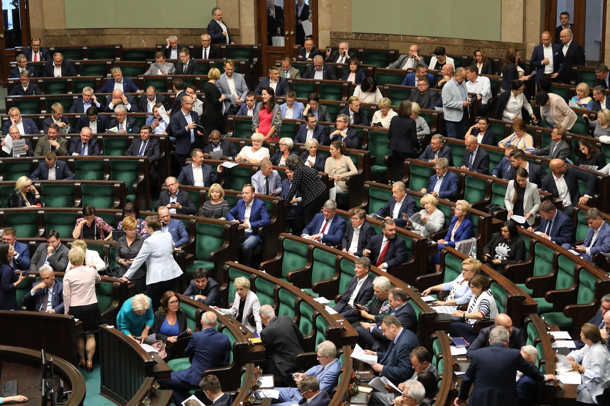 Posłowie na posiedzeniu Sejmu w lipcu. Nim rozpoczną się wakacje parlamentarne przewidywane jest jeszcze jedno posiedzenie w dniach 17, 18 i 19 lipca. (fot. Kancelaria Sejmu RP/flickr.com/CC)