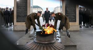 Przed Grobem Nieznanego Żołnierza w Warszawie odczytano Apel Pamięci i oddano salwy armatnie