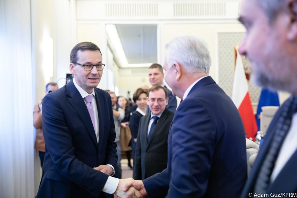 W Polsce jest ponad 10 tysięcy sędziów. W prawie siedemdziesięciomilionowej Francji - około 7 tysięcy. W stosunku do liczby ludności jesteśmy pod tym względem w czołówce państw UE - mówił premier. (fot. KPRM/domena publiczna)