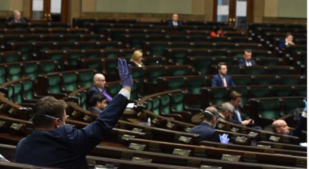 Większość Polaków źle mówi o pracy posłów